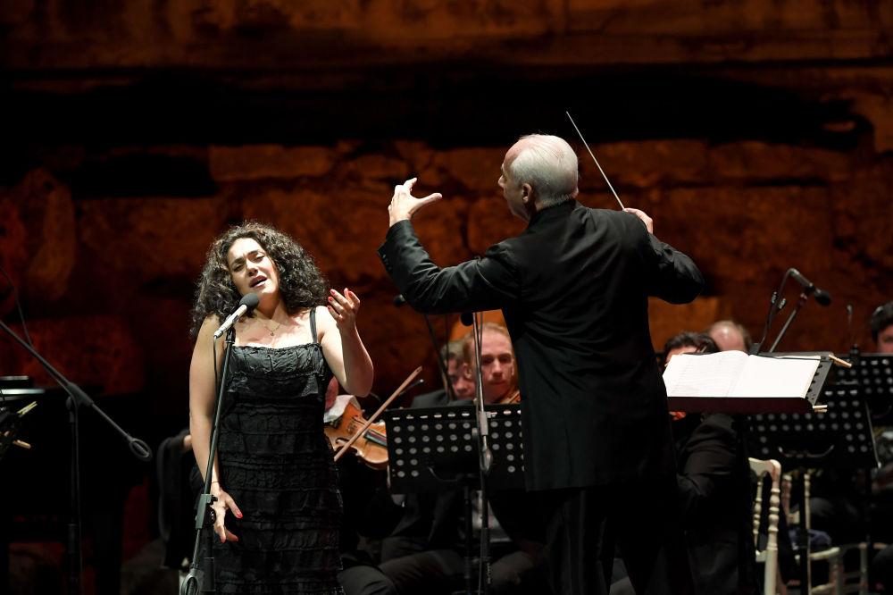 Festival, soprano Anna Aglatova'nın opera literatürünün en gözde aryalarını seslendirdiği bölümle sürdü. Avrupa'da 'Cecilia Bartoli'nin kız kardeşi' olarak anılan genç sanatçının solistlik becerisi ise büyük alkış aldı.