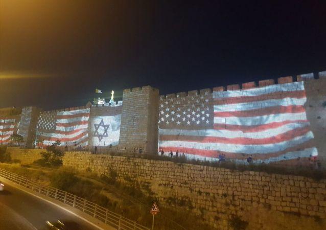 ABD'nin Tel Aviv Büyükelçiliği'nin Kudüs'e taşınmasının birinci yıldönümü münasebetiyle, işgal altındaki Doğu Kudüs'ün Eski Şehir bölgesini çevreleyen tarihi surlara ABD ve İsrail bayrakları yansıtıldı.