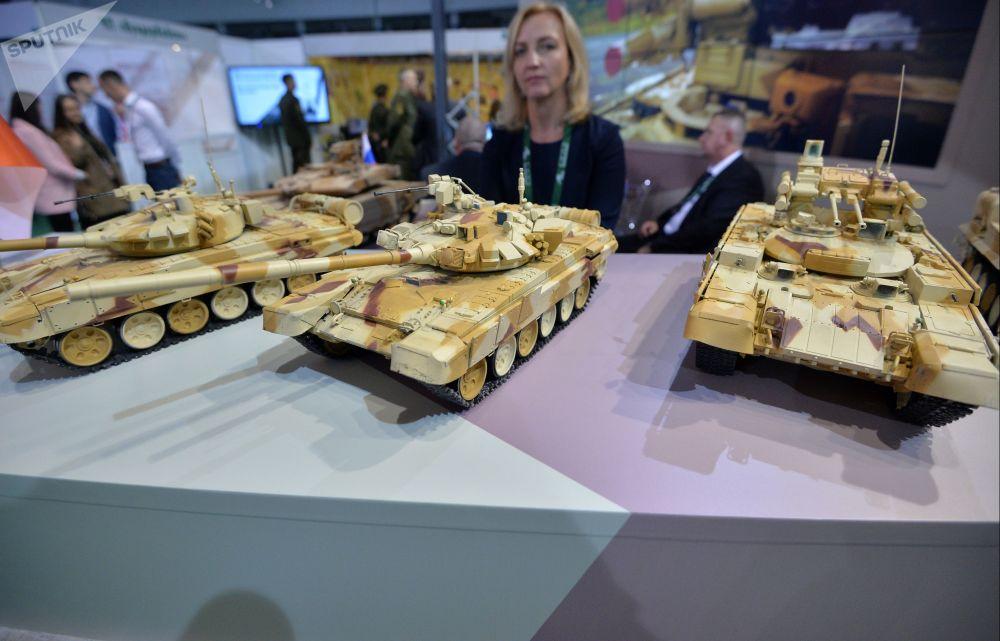 Rus Uralvagonzavod savunma sanayi şirketinin Minsk'teki MILEX-2019  Uluslararası Savunma Sanayii Fuarı'nda tanıttığı ürünlerinin maketleri.