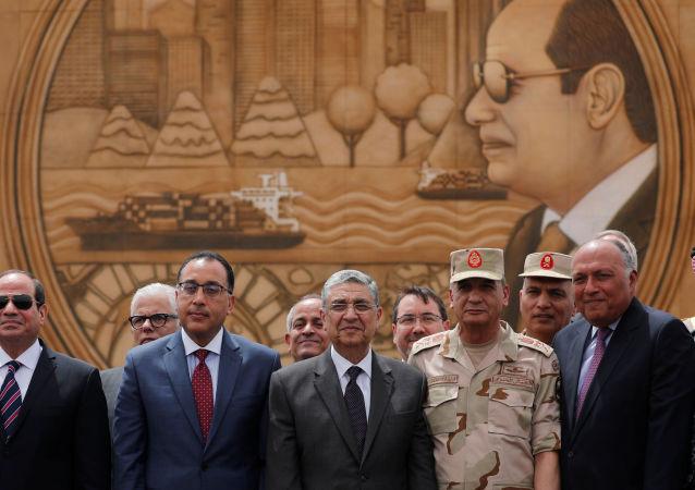 Mısır Cumhurbaşkanı Abdülfettah Sisi'nin gravürlerinin işlendiği Çok Yaşa Mısır isimli asma köprünün açılışına Sisi, Başbakan Mustafa Madbuli, bakanlar ve komutanlar toplu halde katıldı.