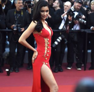 Taylandlı aktris ve model Praya Lundberg, 72. Cannes Film Festivali'nde Rocketman filminin galasının kırmızı halısında  giydiği derin yırtmaçlı kırmızı Versace elbisesiyle dikkatler üzerine çekti.