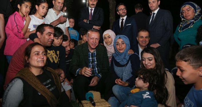 Cumhurbaşkanı Recep Tayyip Erdoğan, Zeytinburnu sahilinde vatandaşlarla iftar yaptı. Erdoğan, iftarın ardından Cemal Ece isimli vatandaşın çay davetini kabul ederek birlikte çay içti, sohbet etti.