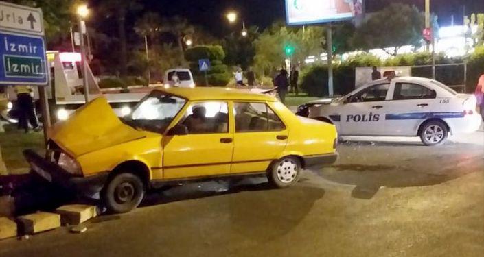 İzmir'in Urla ilçesinde polisin dur ihtarına uymayan sürücünün kullandığı araç, kırmızı ışık ihlali yapıp başka bir polis aracıyla çarpıştı.