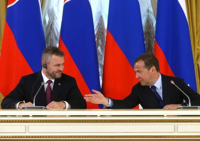 DmitryMedvedev ile Peter Pellegrini Moskova'da ortak basın toplantısında