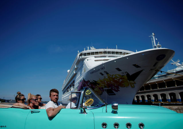 Havana'ya demirleyen cruise gemilerinden inen turistler nostaljik otomobillerle şehir turu atarken