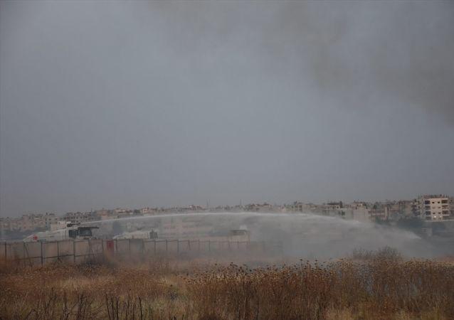Mardin'in Nusaybin ilçesinde Suriye sınırındaki mayınlı alanda kuru otların tutuşması sonucu yangın çıktı. Yangın, TOMA'ların da kullanıldığı müdahaleyle söndürüldü.