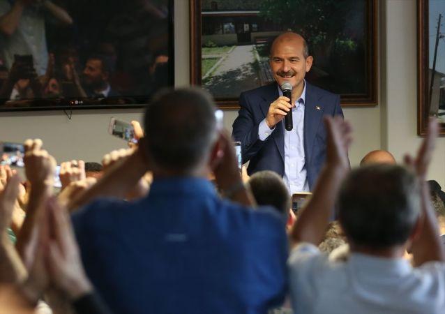 İçişleri Bakanı Süleyman Soylu, İstanbul'da Bayburt ili Yazyurdu Köyü Kalkındırma ve Yardımlaşma Derneği'ni ziyaret etti.