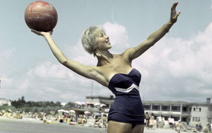 Deniz, kum, güneş ve düğme detaylı mayolar: Sovyetler Birliği'nde yaz tatilleri neye benziyordu?