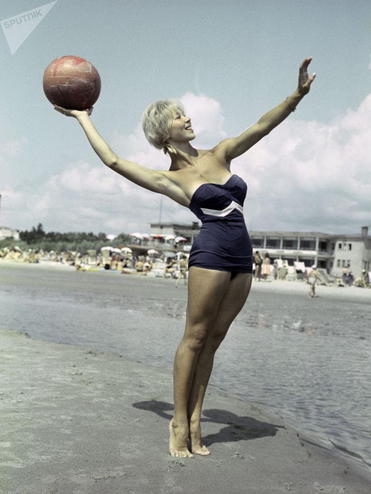 Pärnu tatil kasabası sahillerinde genç bir kadın, Estonya, 1961.