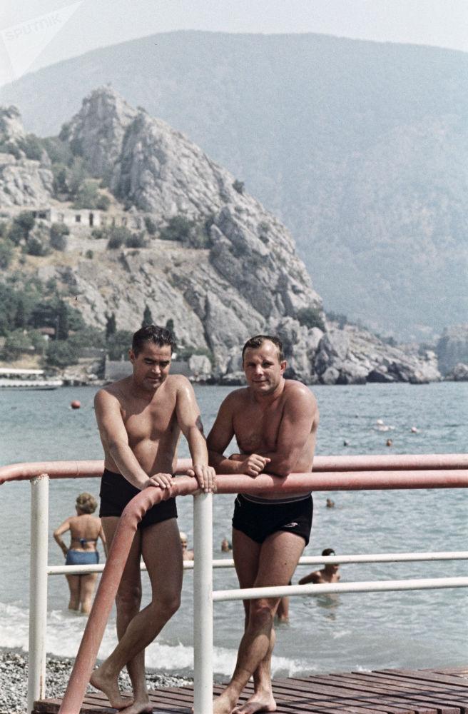 Sovyet kozmonotlar Andriyan Nikolayev ve Yuri Gagarin'in Kırım tatili, 1967.