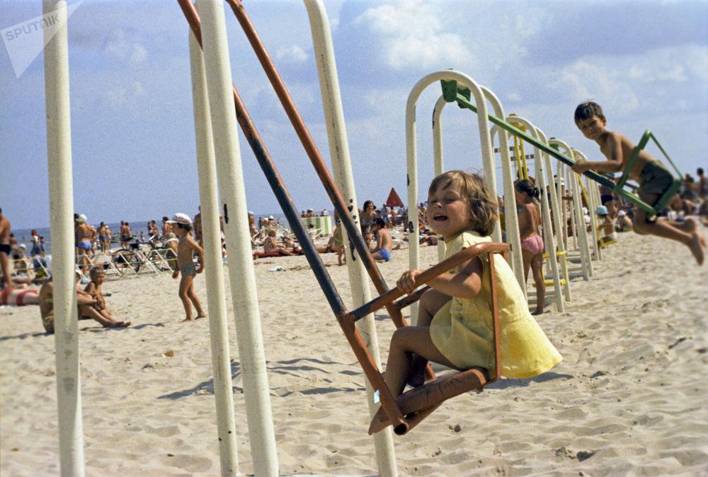 Jurmala plajında eğlenen çocuklar, Letonya, 1975
