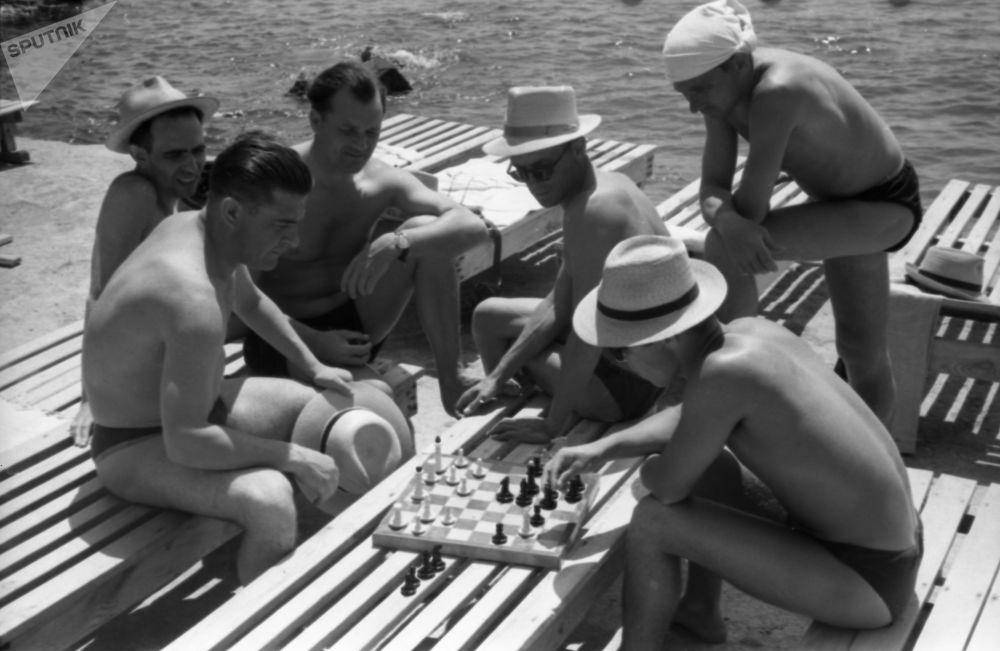 Yalta sanatoryumu sahillerinde satranç oynayan vatandaşlar, 1958.