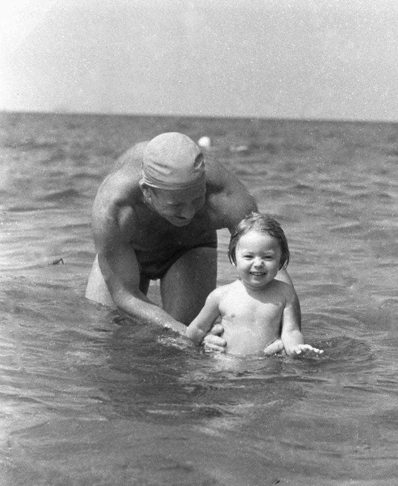 Kızı Vika ile Karadeniz'in tadını çıkaran kozmonot Aleksey Leonov, 1967.