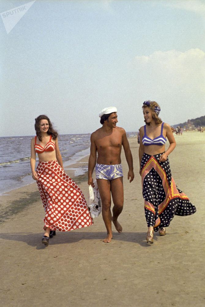 Jurmala sahillerinde yürüyen gençler, Letonya, 1975.