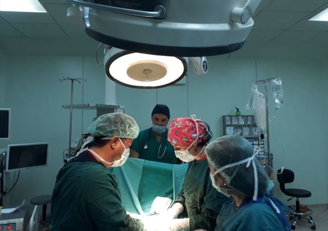 Hatay'ın İskenderun ilçesinde, kabızlık ve göğüs ağrısıyla hastaneye giden 24 yaşındaki Tunahan Okan Özdal'ın kalın bağırsağının yüzde 70'inin göğüs kafesinde olduğu belirlendi.