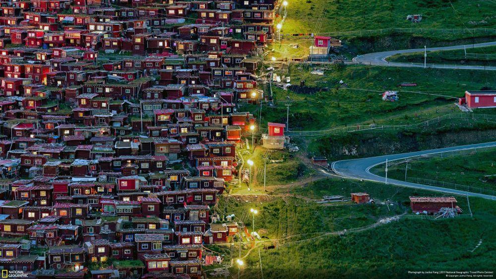 Şehirler kategorisinde Halkın Seçimi Ödülü'ne layık görülen Junhui Fang'ın Çin'in Seda kentindeki Larung Gar Budist Akademisi'nde çektiği görüntü.