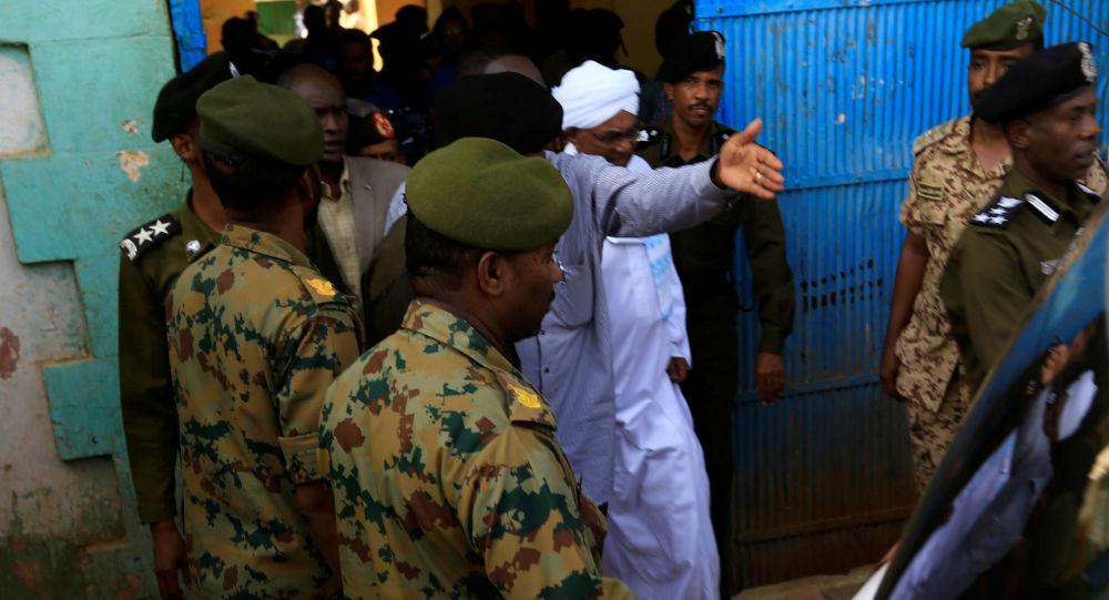 Sudan'da devrik lider Ömer el Beşir, askeri darbenin ardından ilk kez başkent Hartum'da ifade vermek üzere savcılığa götürülürken görüntülendi.