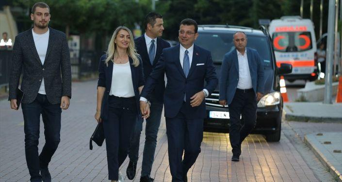 İmamoğlu ortak yayının yapılacağı Lütfi Kırdar Kongre ve Sergi Sarayı'na eşi Dilek  ve büyük oğlu Selim İmamoğlu ile geldi
