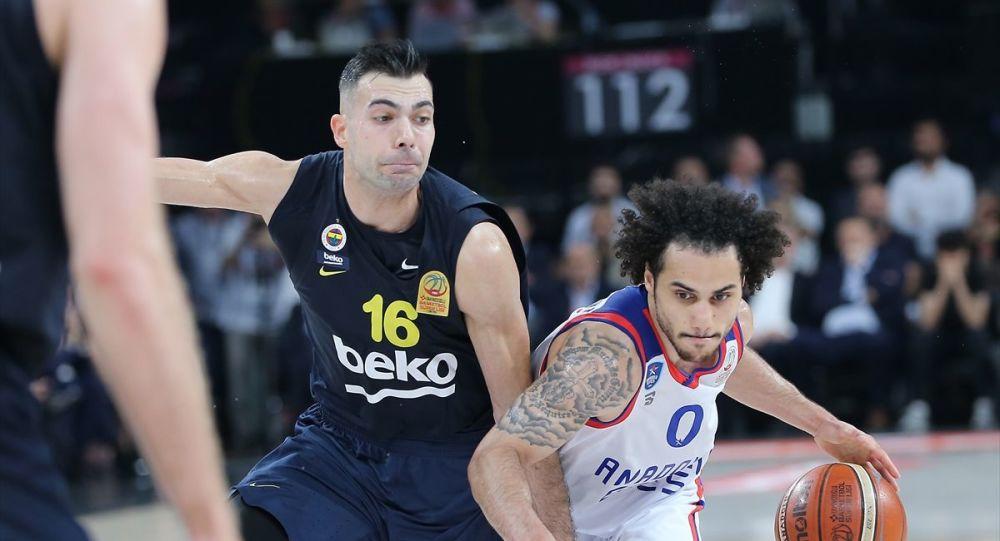 Tahincioğlu Basketbol Süper Ligi'nde Anadolu Efes ile Fenerbahçe Beko, play-off final serisinin yedinci ve son maçında Sinan Erdem Spor Salonu'nda karşılaştı. Bir pozisyonda Anadolu Efesli basketbolcu Shane Larkin (0) ile Fenerbahçe Bekolu oyuncu Kostas Sloukas (16) mücadele etti.