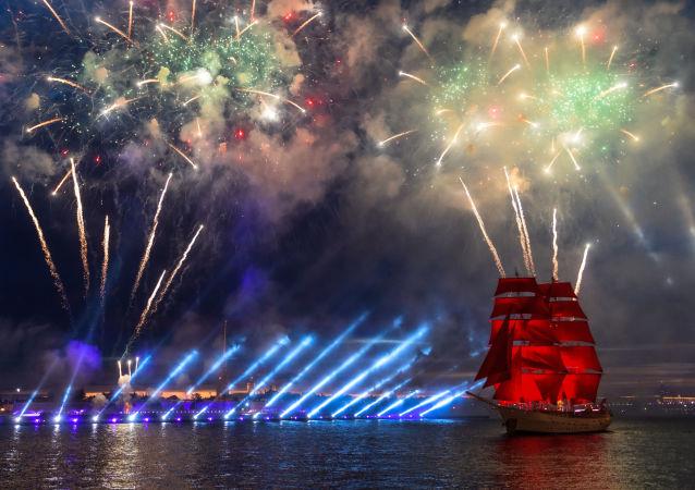 St. Petersburg'da  bu yıl 15. kez 'Kırmızı Yelkenler' (Alıye Parusa) adlı geleneksel mezuniyet kutlamaları gerçekleşti. Saray Meydanı ve Neva Nehri üzerinde gerçekleşen kutlamanın doruk noktası hayallerin gerçekleşmesini sembolize eden kırmızı yelkenli bir geminin belirmesi oldu.