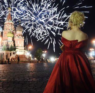 Başkent Moskova'da her yıl olduğu gibi etkinliklerin en önemli merkezi Kremlin'di. Kızıl Meydan'da mezun öğrenciler için önce bir konser, ardından da disko düzenlendi. Mezuniyet kutlamaları görkemli havai fişek gösterisiyle taçlandırıldı.