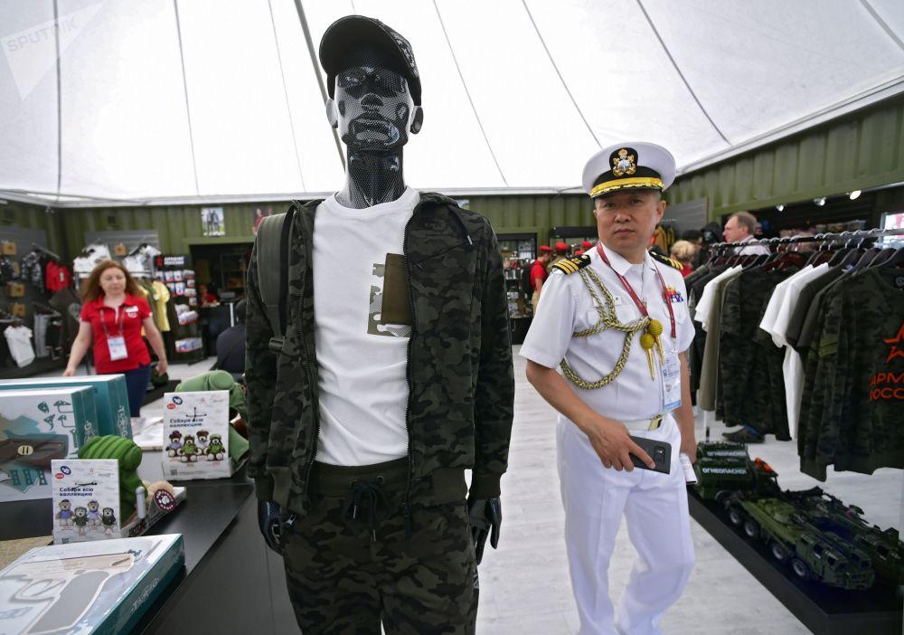 Bugün kapılarını  açan ARMY-2019  Uluslararası Askeri Teknik Forumu'nu ziyaret eden yabancı askerlerden biri.