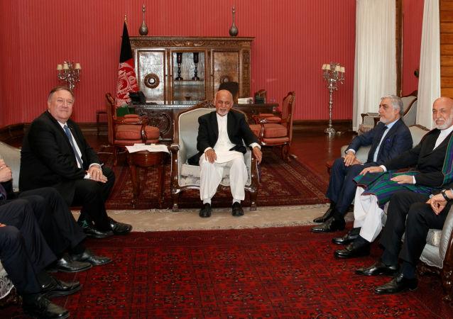 ABD Dışişleri Bakanı Mike Pompeo, Kabil'de Afganistan Cumhurbaşkanı Eşref Gani, Başbakan Abdullah Abdullah ve eski Cumhurbaşkanı Hamid Karzai ile birlikte