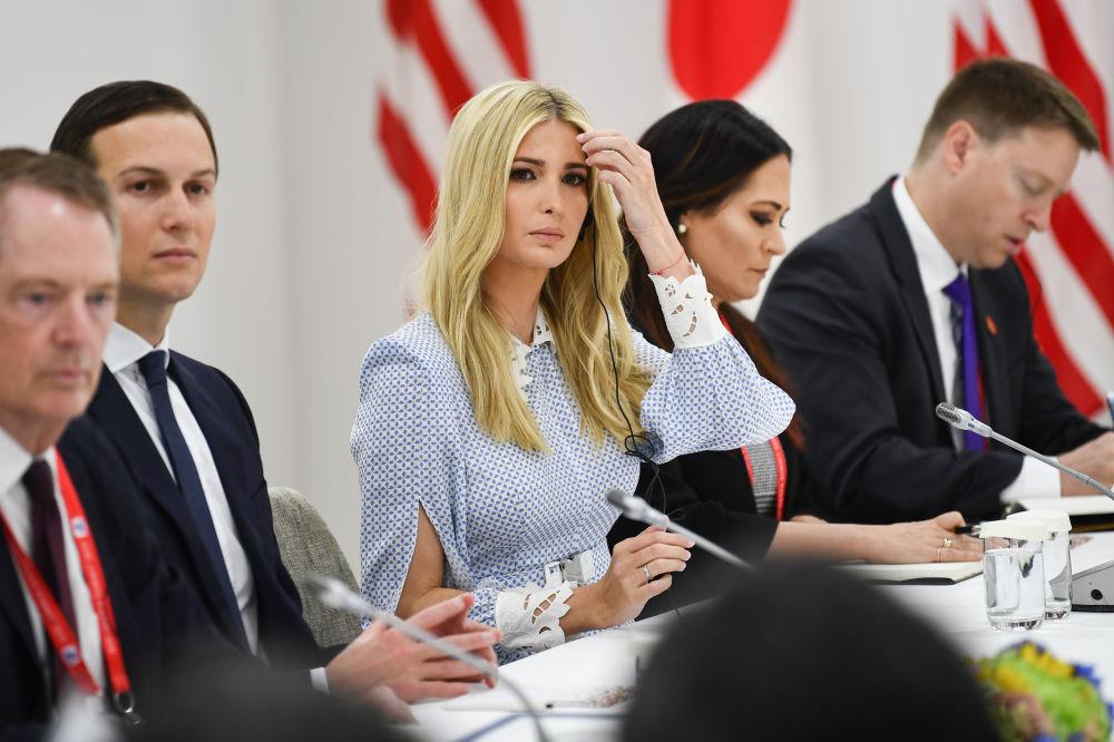 G20 Zirvesi kapsamında ABD Başkanı Donald Trump ile Japonya Başbakanı Şinzo Abe arasında düzenlenen ikili görüşmeye katılan ABD Başkanı'nın damadı ve Başdanışmanı Jared Kushner ve Trump'ın  kızı ve danışmanı Ivanka Trump.
