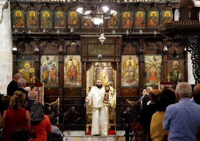 Hatay'da, St. Pierre Aziz Petrus ve Pavlus Bayramı kutlamaları kapsamında Antakya Ortodoks Kilisesi'nde ayin düzenlendi.