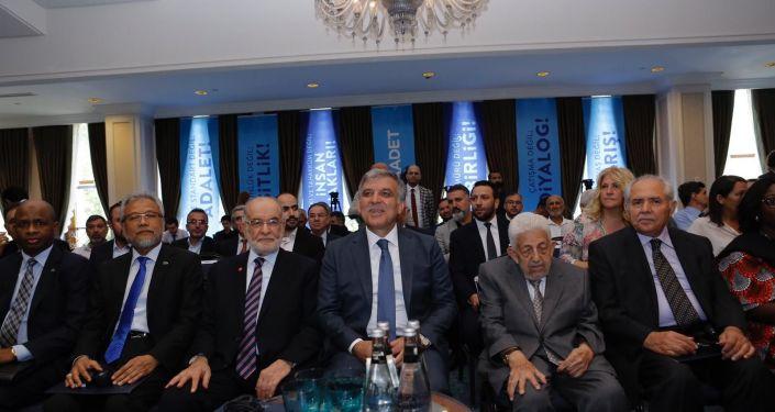 D-8 Ekonomi Örgütü'nin 22. yıl dönümü toplantısında Saadet Partisi lideri Temel Karamollaoğlu ve eski Cumhurbaşkanı Abdullah Gül