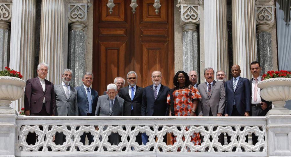 D-8'in 22. yıldönümü töreni, Çırağan Sarayı'nın balkonundaki geleneksel aile fotoğrafıyla sona erdi.