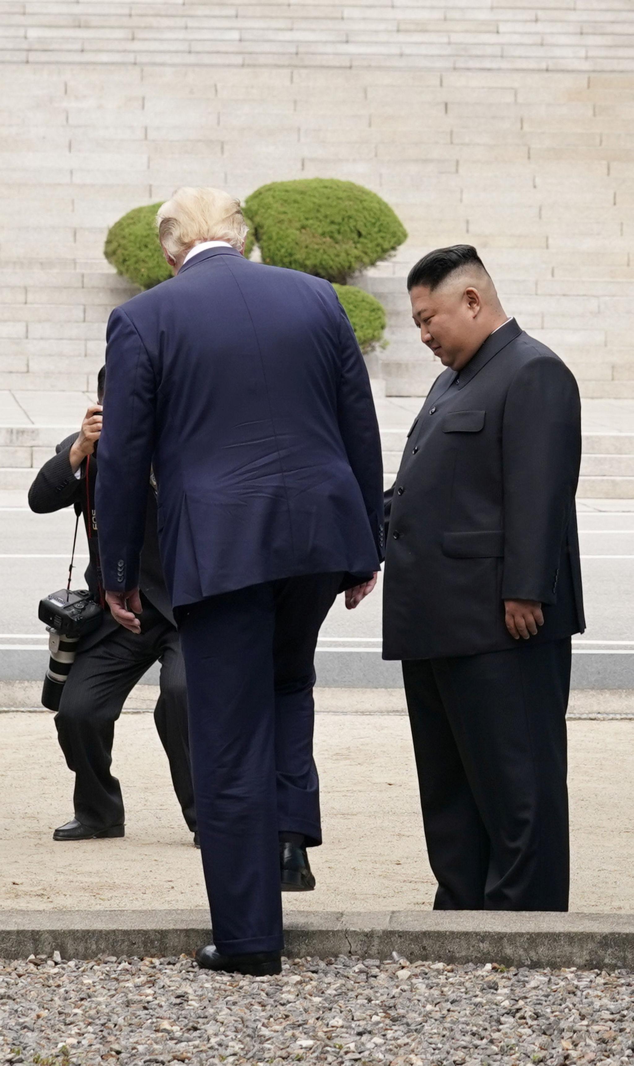 Trump'ın kısa süreliğine Kuzey Kore tarafına geçtiği an. Trump dün G20'deki konuşmasında bu adımı atmaktan rahatsızlık duymayacağını söylemişti.