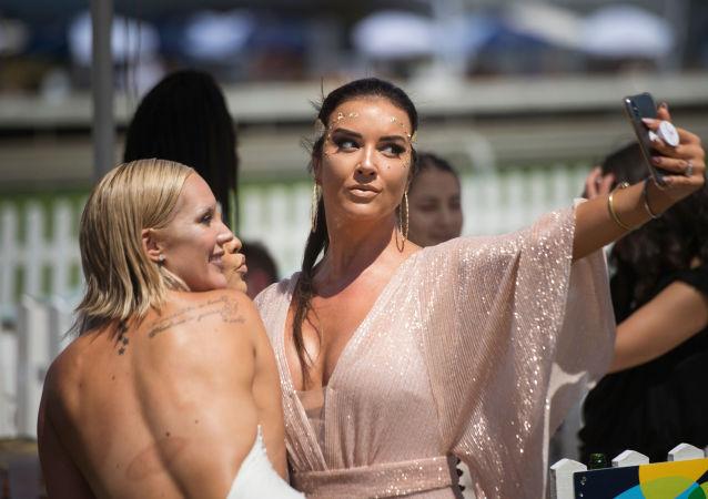 Dünyanın en seksi milletleri listesinin 6. sırasına Güney Afrikalılar yerleşti. Fotoğrafta: Güney Afrika Cumuriyeti'nin Cape Town kentinde düzenlenen Met At Yarışı sırasında selfie çeken kadınlar.