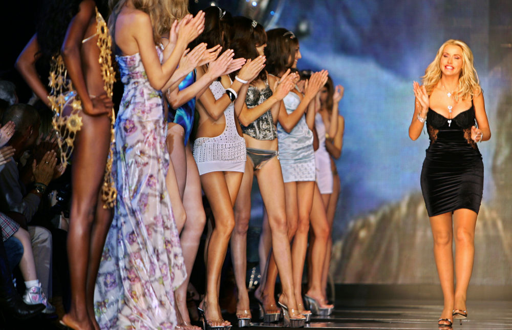 İtalyanlar, en seksi milletler sıralamasında 7. oldu Fotoğrafta: İtalyan moda tasarımcısı Valeria Marini, yeni koleksiyonunun tanıtıldığı defile sırasında.