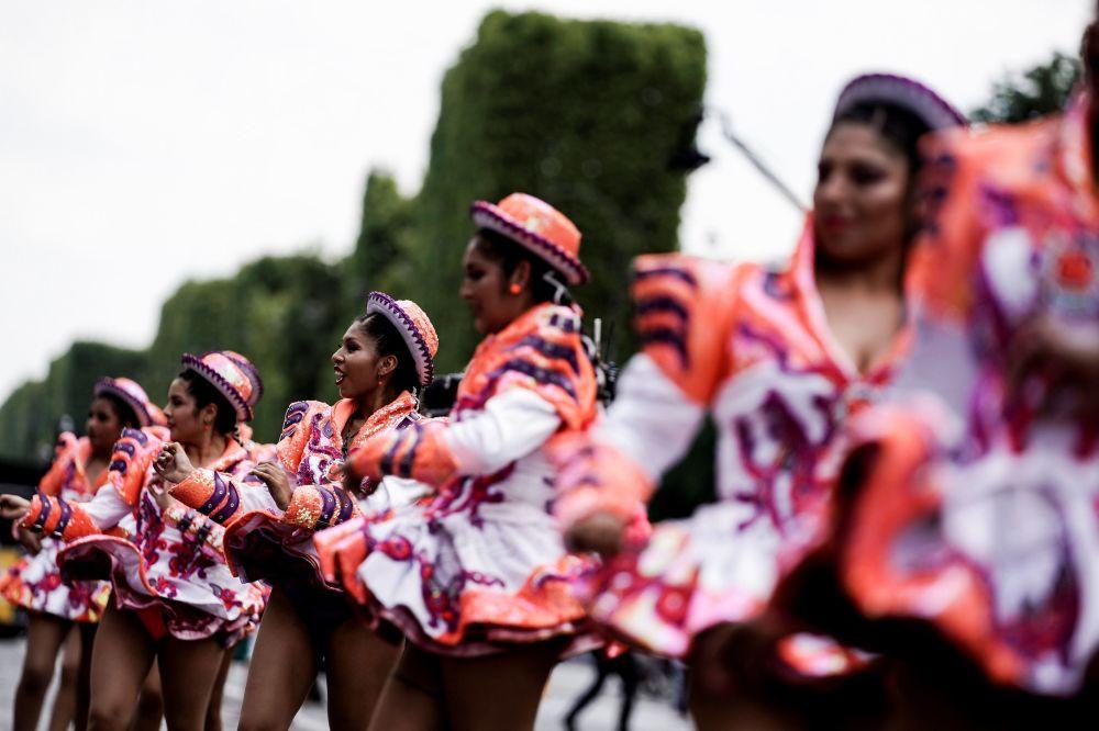Paris'teki tropikal karnaval etkinliğine binlerce müzisyen ve dansçı katılıyor.