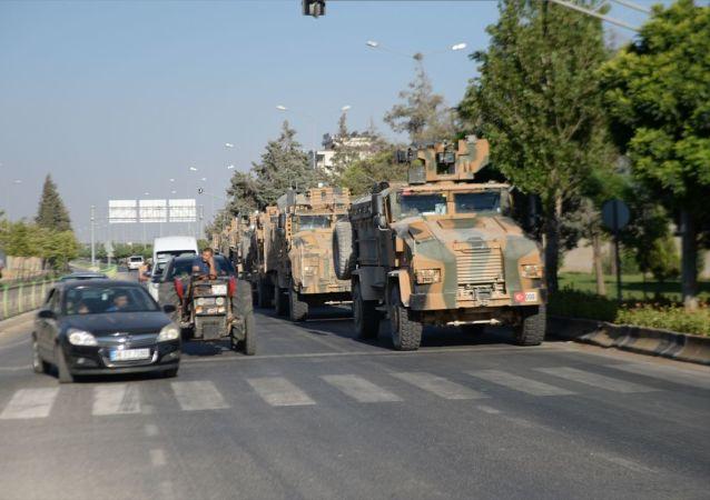 Türk Silahlı Kuvvetleri tarafından Suriye sınırındaki askeri birliklere zırhlı personel taşıyıcılarla komando takviyesi yapıldı.