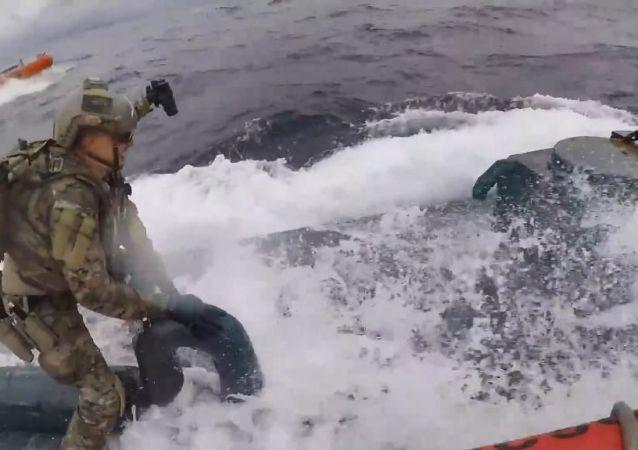 Sahip güvenlik ekiplerinin kamerasınca görüntülenen olayda, ekip komutanının, denizaltında bulunan kaçakçılara seslendiği; ardından sürat teknesiyle yaklaşan ekipleri denizaltının üzerine atladığı görüldü.