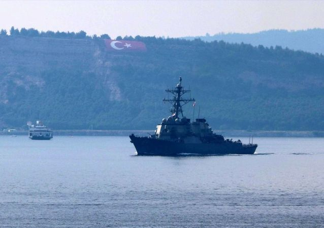 ABD Donanmasına ait, 64 borda numaralı 154 metre uzunluğundaki Burke sınıfı destroyer USS Carney, Çanakkale Boğazı'ndan geçti.