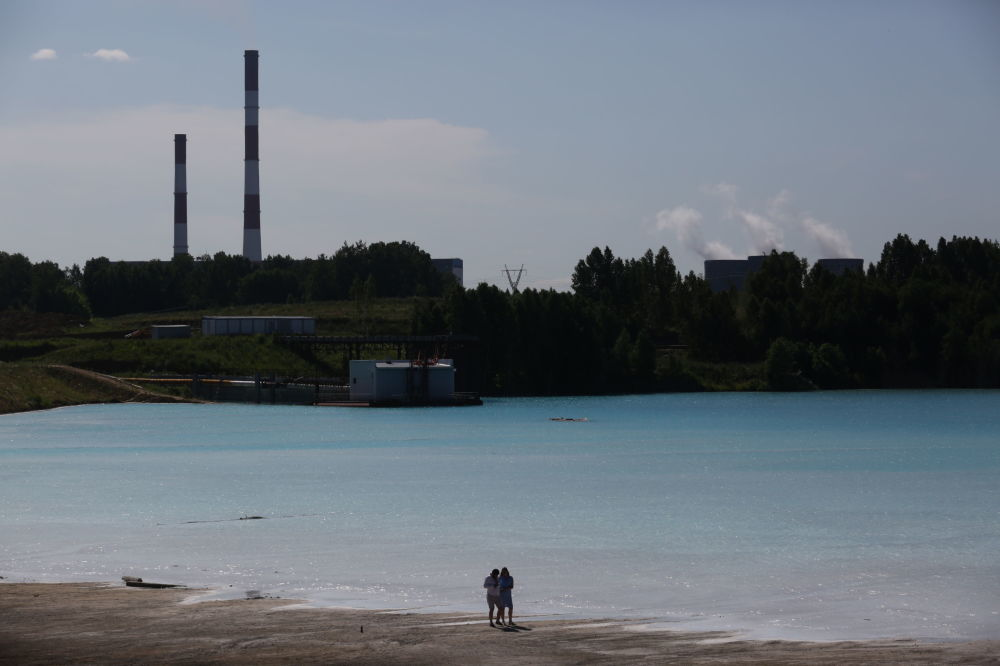 Ancak bu berrak sularda dalış yapmak ne yazık ki mümkün değil, zira hemen yakınlarındaki elektrik santralinin külleri suyun içinde çözünmüş durumda.