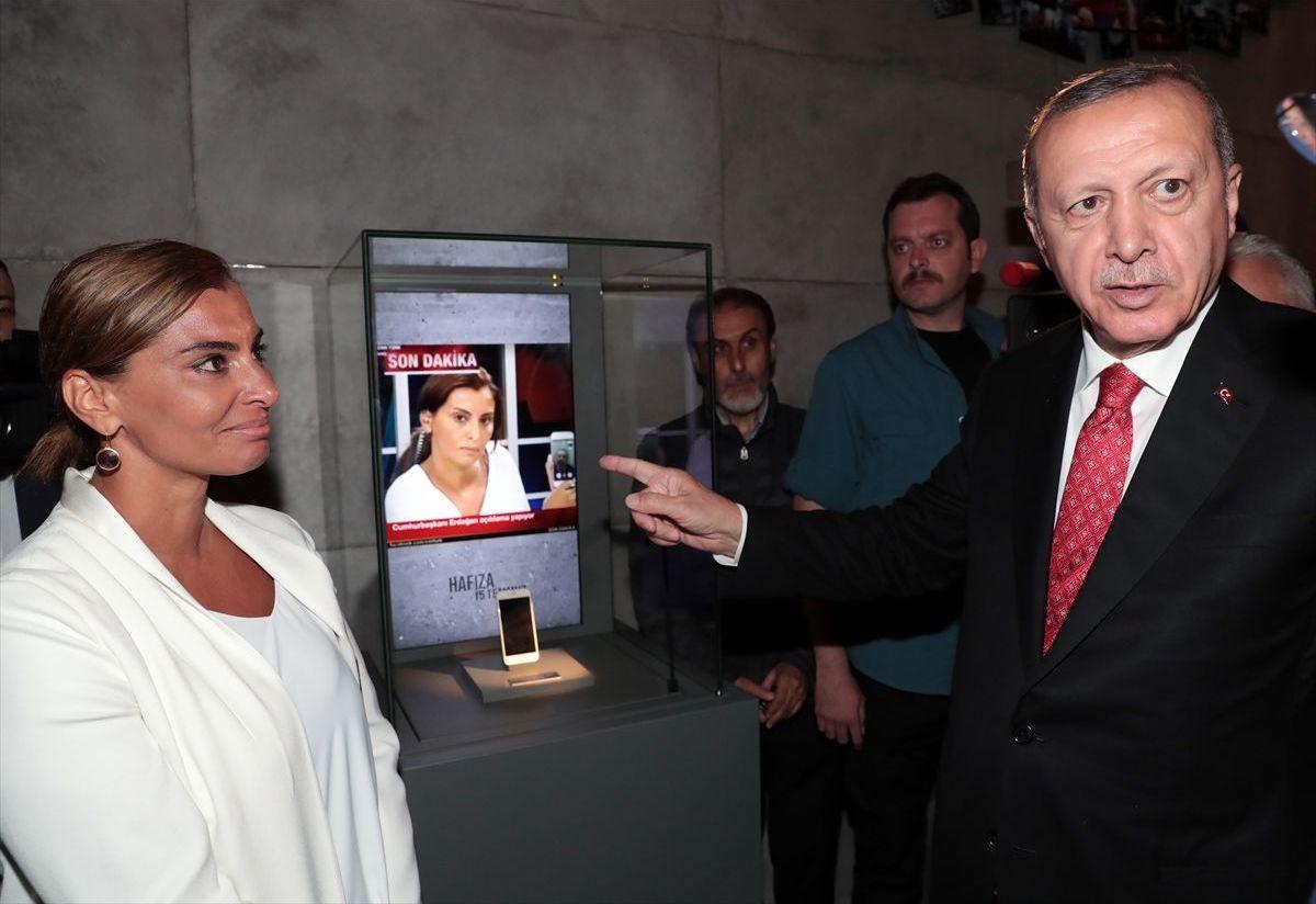 gazeteci Hande Fırat, 15 Temmuz gecesi Cumhurbaşkanı Erdoğan'la canlı bağlantıyı gerçekleştirdiği telefonu kendisine verdi. Cumhurbaşkanı Erdoğan, telefonu müzedeki yerine koydu.