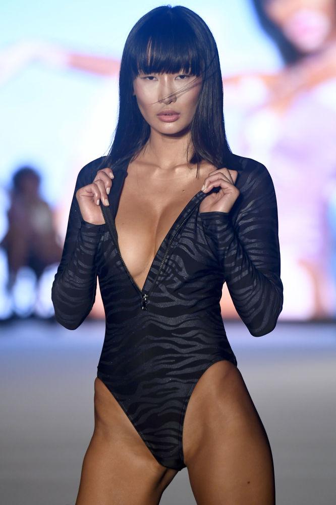 Miami Plaj Modası Haftası'nda en iyi modeller, önde gelen markaların mayo ve bikinileri ile izleyicileri büyüledi.