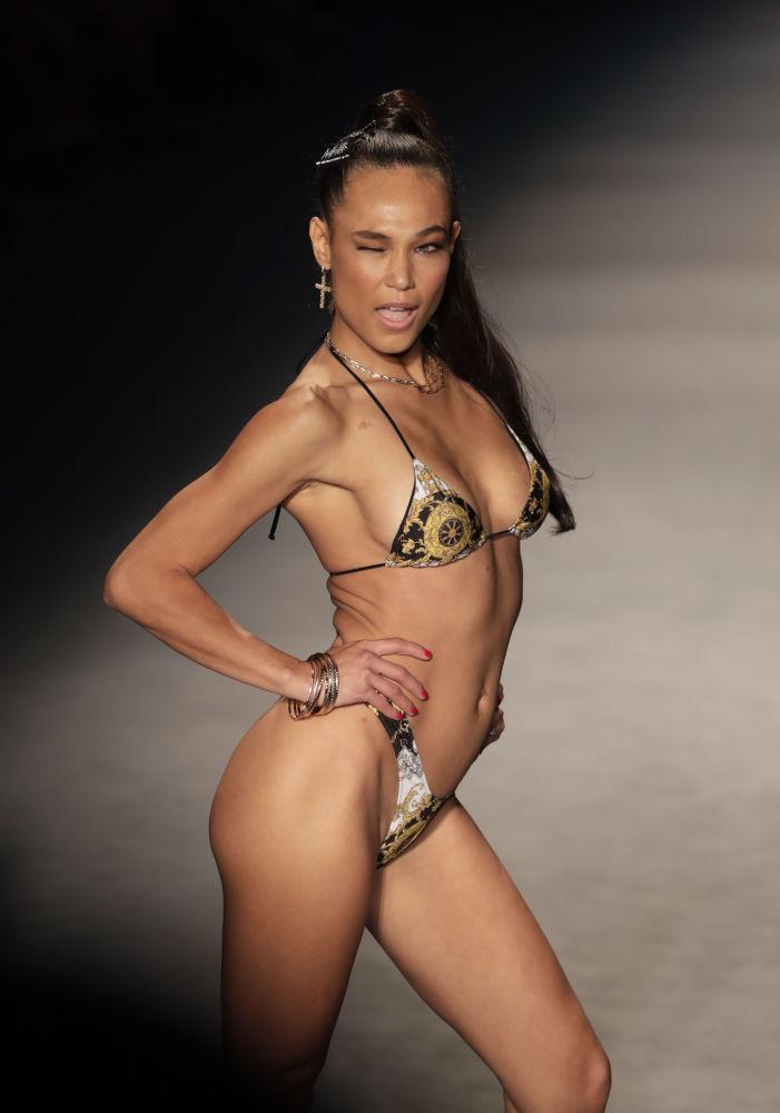 Modellerin podyumda gülücükler saçması ve dans etmesi etkinliğe parti havasını kattı.