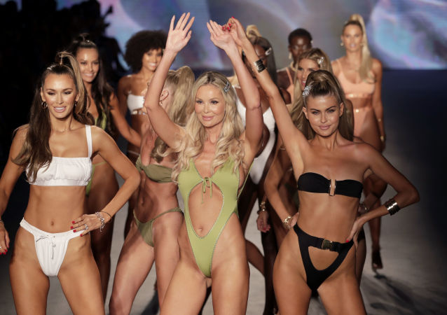Miami'deki Plaj Moda Haftası kapsamında düzenlenen yeni  plaj koleksiyonlarının  sergilendiği defileden bir kare.