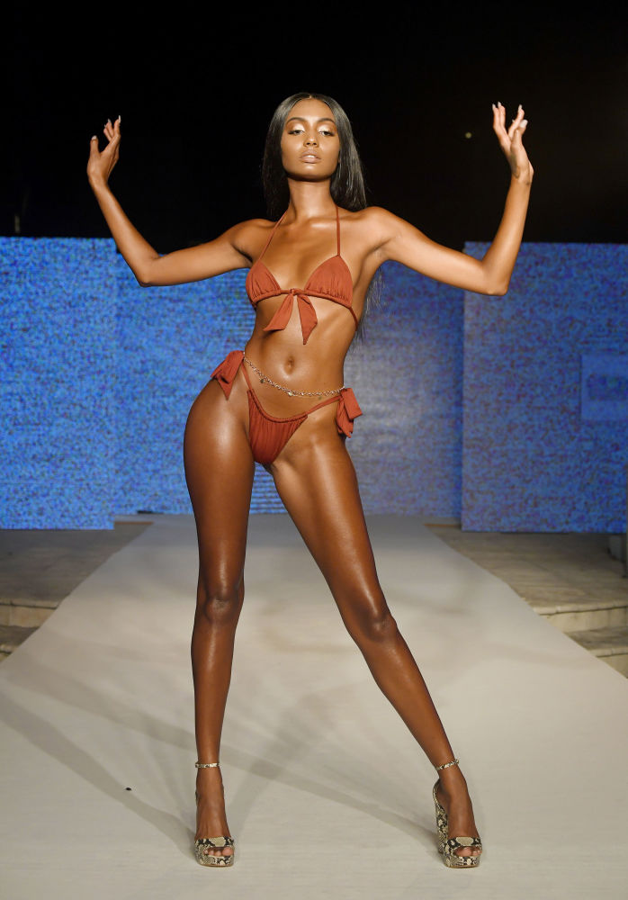 Miami'deki defileye katılan model.