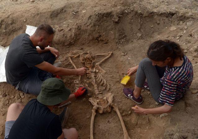 Sinop'ta Kültür ve Turizm Bakanlığının desteğiyle 10 yıl önce başlatılan Balatlar Yapı Topluluğu kazısında ortaya çıkarılan ve 200 yıllık olduğu tahmin edilen insan iskeleti, bulunduğu mezara yatırılış şekliyle kazı heyetinde şaşkınlık yarattı.