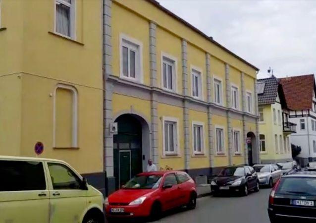 Almanya'nın Münster kenti yakınlarındaki Minden beldesindeki bir camide Kur'an-ı Kerim yırtıldı ve caminin içerisine zarar verildi.
