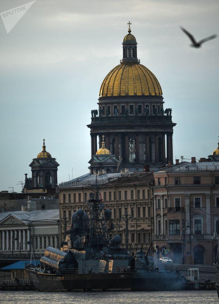St. Petersburg'daki askeri geçit töreni provasına katılan Passat küçük füze gemisi.