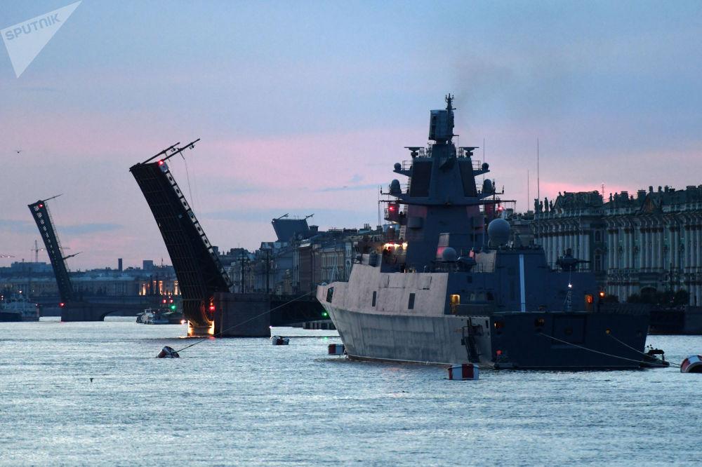Bu yıl 28 Temmuz'da kutlanacak Rusya Deniz Kuvvetleri Günü öncesi St. Petersburg kentinde Neva Nehri üzerinde yapılan askeri geçit töreninin provasına katılan gemiler.