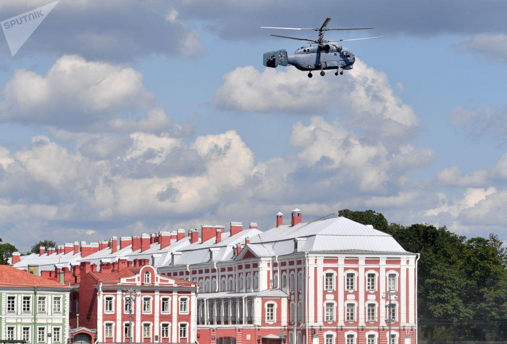Askeri geçit töreni provasına katılan Ka-27 denizaltı karşıtı helikopteri, St. Petersburg semalarında.