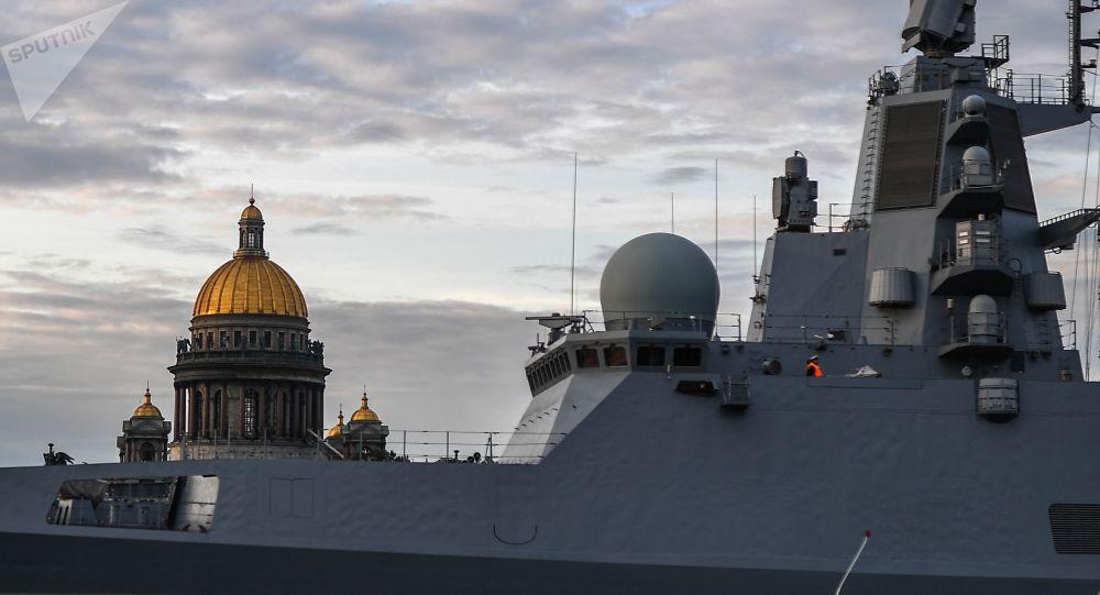 Rus Donanması'na ait 'Amiral Kasatonov' fırkateyni, St. Petersburg'da Rusya Deniz Kuvvetleri Günü öncesi yapılan askeri geçit töreni provası sırasında.